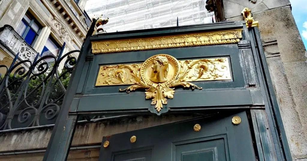 L'entrée de l'Hôtel Païva, avenue des Champs-Elysées