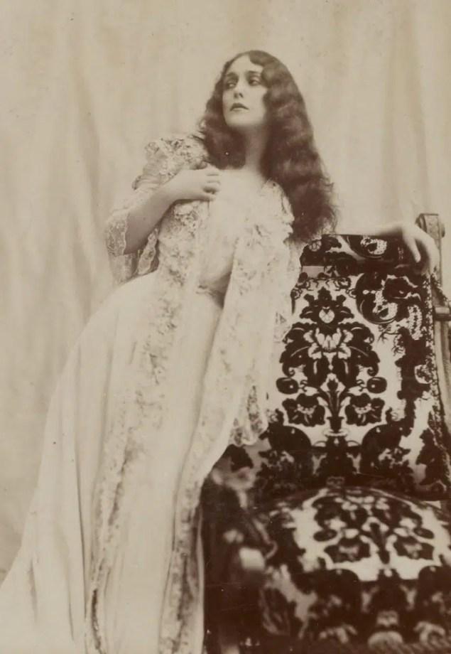 Lina Cavalieri dans La Traviata, opéra de Verdi (Album Reutlinger volume 9 - Gallica BNF)
