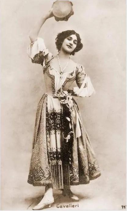 Lina Cavalieri dansant au son du tambourin (avant 1900)