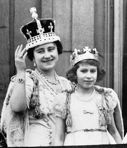Elizabeth (portant le Koh-I-Noor sur la couronne) et sa fille la future Elizabeth II, le jour du couronnement de George VI en 1937.