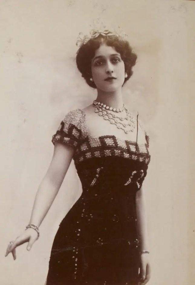 Lina Cavalieri dans le rôle de Marguerite pour l'opéra Faust de Charles Gounod (Album Reutlinger, volume 15 - Gallica BNF)
