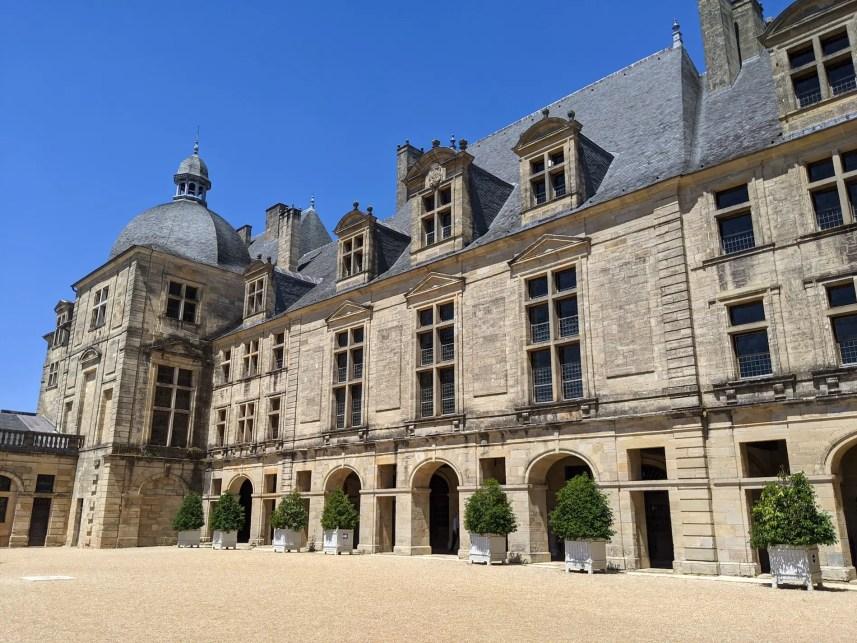 Vue sur le corps de logis du château de Hautefort depuis la cour intérieure