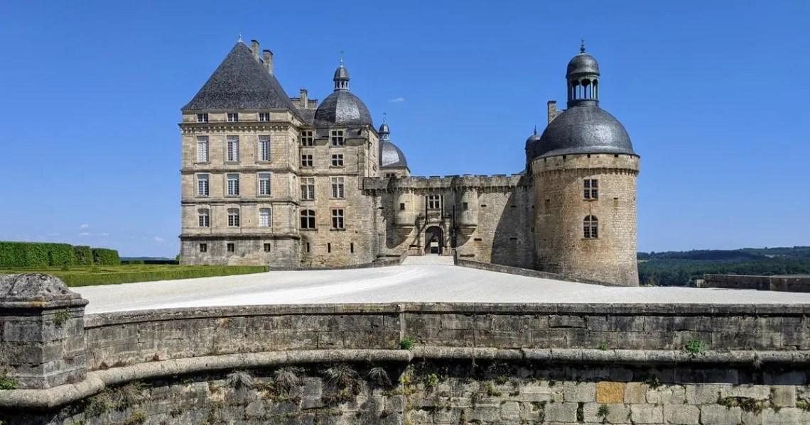 Esplanade et entrée du château de Hautefort
