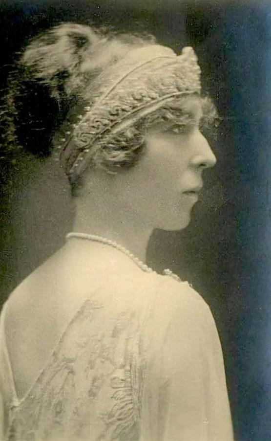 La reine Élisabeth de Belgique portant un diadème bandeau