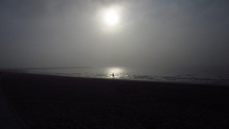 Pleine lune cachée par la brume et qui se reflète dans le lac