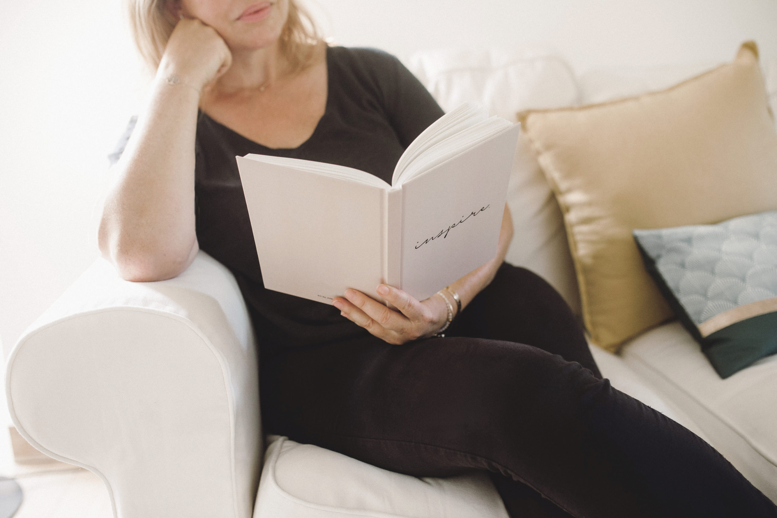 Claire lit un livre inspirant pour la rédaction web et print
