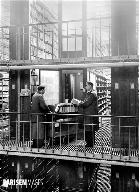 Bibliothèque Nationale. Magasin central du département des Imprimés. Mise des livres sur des chariots pour les acheminer au monte-charge. Paris, 1938.