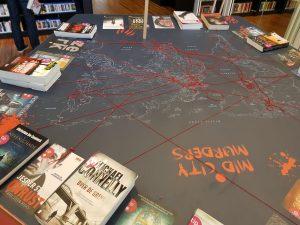 Une super idée, des fils rouges indiquent où se situe l'action d'un livre, un bon moyen de promouvoir le voyage immobile.