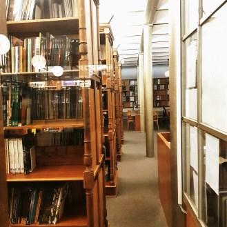 Les rayonnages de la salle de lecture