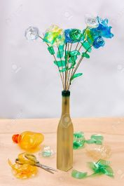 https://es.123rf.com/photo_7669969_reciclaje-creativo--flores-hechas-de-trozos-de-botellas-de-plastico.html