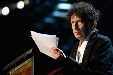 Bob Dylan entrega su discurso para la entrega del Premio Nobel. Cusica Plus