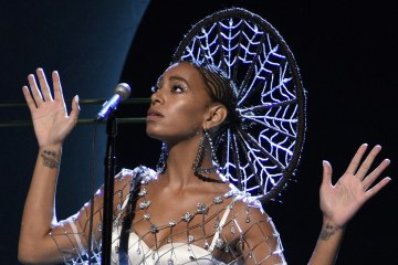 "Solange cantó ""Rise"" y ""Weary"" en el nuevo Tonight Show Starring Jimmy Fallon. Cusica Plus"
