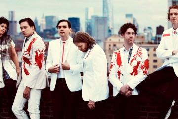 Arcade Fire estudia la cultura de masas en su nuevo disco 'Everything Now'. Cusica Plus.