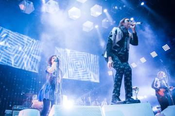 """Arcade Fire estrena en vivo su canción """"Chemistry"""". Cusica Plus."""