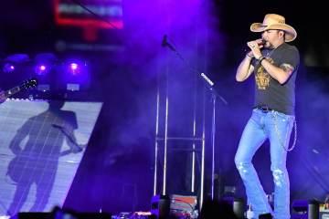 Jason Aldean le rindió tributo a las víctimas de Las Vegas versionando a Tom Petty. Cusica Plus.