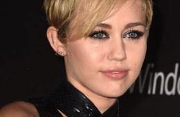Miley Cyrus versionó a Nancy Sinatra como parte de su residencia en 'Fallon'. Cusica Plus.