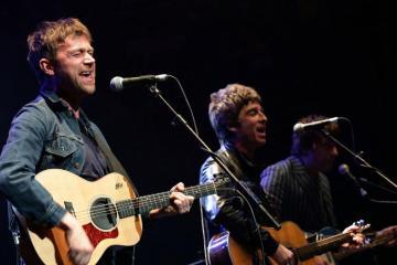 Noel Gallagher, Alex Turner, Elton John y Damon Albarn se unen en campaña para adoptar niños huérfanos. Cusica Plus.