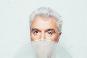 David Byrne comparte nuevo sencillo y le pone fecha a su nuevo disco. Cusica Plus.