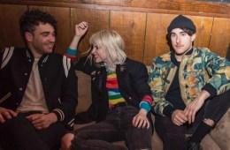 """Paramore nos muestra las noticias en el video de """"Rose Colored Boy"""". Cusica Plus."""