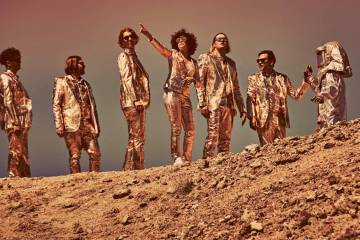 Arcade Fire lleva sus apuestas a la tarima de Saturday Night Live. Cusica Plus.