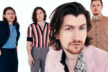 Alex Turner nos muestra su hotel del futuro en el nuevo video de los Arctic Monkeys. Cusica Plus.