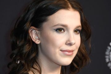 "Millie Bobby Brown de Stranger Things interpretó ""Girls Like You"" con Maroon 5 en vivo. Cusica Plus."