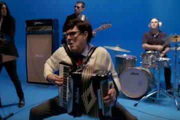 """Weezer estrena videoclip gracioso de su versión de """"Africa"""" de Toto. Cusica Plus."""