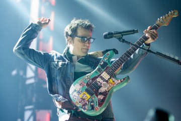 Weezer versiona a Blink 182 en el Riot Fest. Cusica Plus.