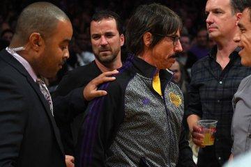 Anthony Kiedis de los Red Hot Chili Peppers, fue expulsado de un juego de baloncesto. Cusica Plus.