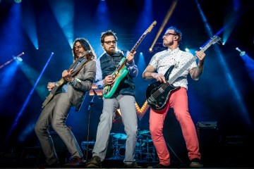 "Weezer se junta con Pete Wentz de Fall Out Boy en ""Can't Knock The Hustle"". Cusica Plus."
