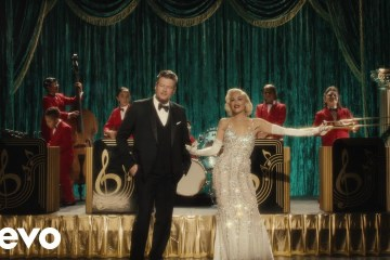 "Gwen Stefani y Blake Shelton celebran navidad con el tema ""You Make It Feel Like Christmas"". Cusica Plus."