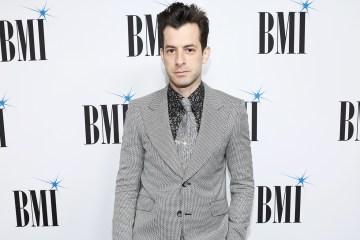 Mark Ronson anuncia que trabaja en su nuevo disco con colaboración de Miley Cyrus, Lykke Li y más. Cusica Plus.
