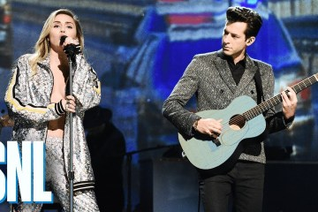 "Miley Cyrus y Mark Ronson se presentaron en el SNL para cantar ""Nothing Breaks Like A Heart"". Cusica Plus."