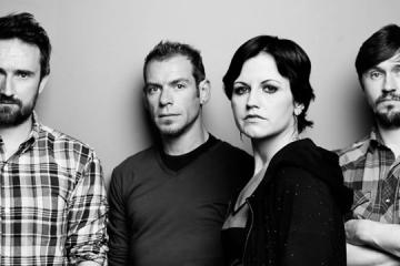 "The Cranberries enfrentan la oscuridad con el video de ""All Over Now"". Cusica Plus."