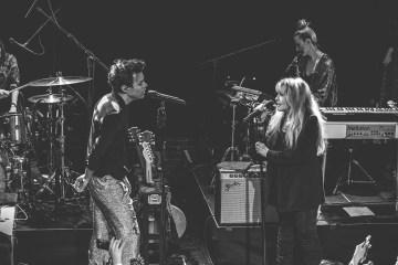 Harry Styles se presentó con Stevie Nicks en la inducción del salón de la fama del rock. Cusica Plus.