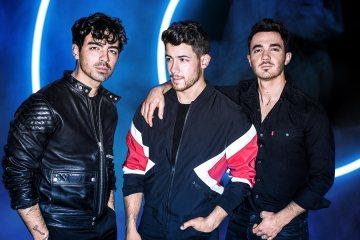 Los Jonas Brothers ponen fecha de salida para su disco de reunión 'Happiness Begins'. Cusica Plus.