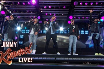 "Los Backstreet Boys llegaron al show de Jimmy Kimmel para cantar ""As Long as You Love Me"" y ""No Place"". Cusica Plus."