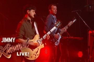 "Vampire Weekend cantó por primera vez en vivo ""Sunflower"" en el show de Jimmy Kimmel. Cusica Plus."