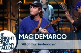 "Mac DeMarco llegó al show de Jimmy Fallon para cantar ""All of Our Yesterdays"". Cusica Plus."