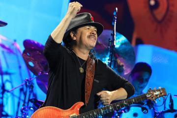 "Santana se inspira en los rituales africanos en el tema ""Candombe Cumbele"". Cusica Plus."