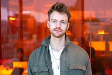 "Finneas, hermano de Billie Eilish, comparte su nuevo sencillo ""Angel"". Cusica Plus."