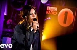 Lana Del Rey realiza cover de Ariana Grande en el Live Lounge de la BBC Radio 1. Cusica Plus.