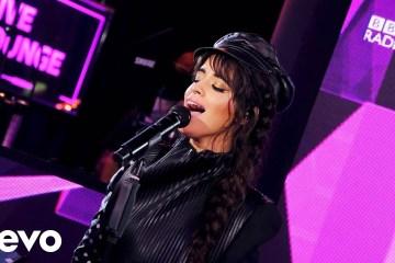 Camila Cabello interpretó en vivo 'Liar' en el Live Lounge de la BBC Radio. Cusica Plus.