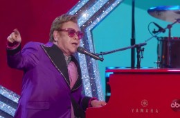 "Elton John llegó a los Oscars 2020 para cantar '(I'm Gonna) Love Me Again"" de Rocketman. Cusica Plus."