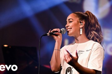 Jorja Smith llegó a la BBC Radio 1 para cantar 'By Any Means' y un cover de Maverick Sabre. Cusica Plus.