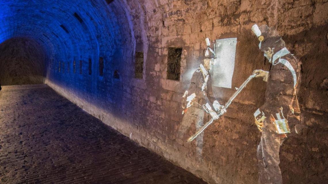 Les souterrains sont magnifiés par des éléments de scénographie qui replacent les lieux dans leur histoire. Avec des guides pour renforcer la « plongée » et la sécurité des visiteurs.