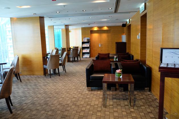 ホテルパノラマバイロンバス_ラウンジ_時間帯にもよるが欧米系のお客さんを中心に盛況