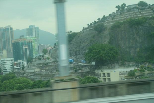香港のお墓_エアポートエキスプレスから見える