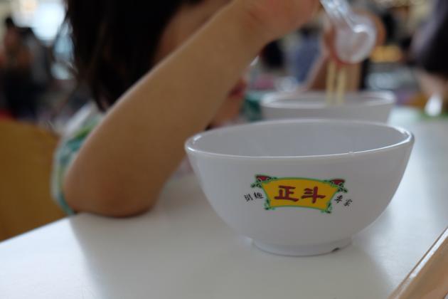 香港国際空港_正斗_子供に食器をもらった