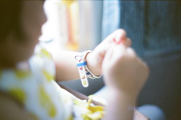 KodakSuperGold400×OM-1_青フィルター使用_夏の思い出_お気に入りのキティちゃんの時計